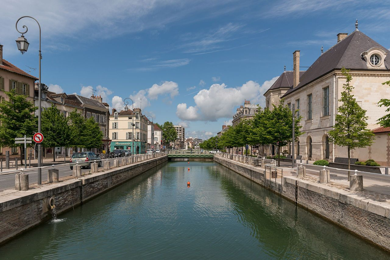 Canal_du_Trévois,_Troyes,_Southeast_view_20140509_1.jpg