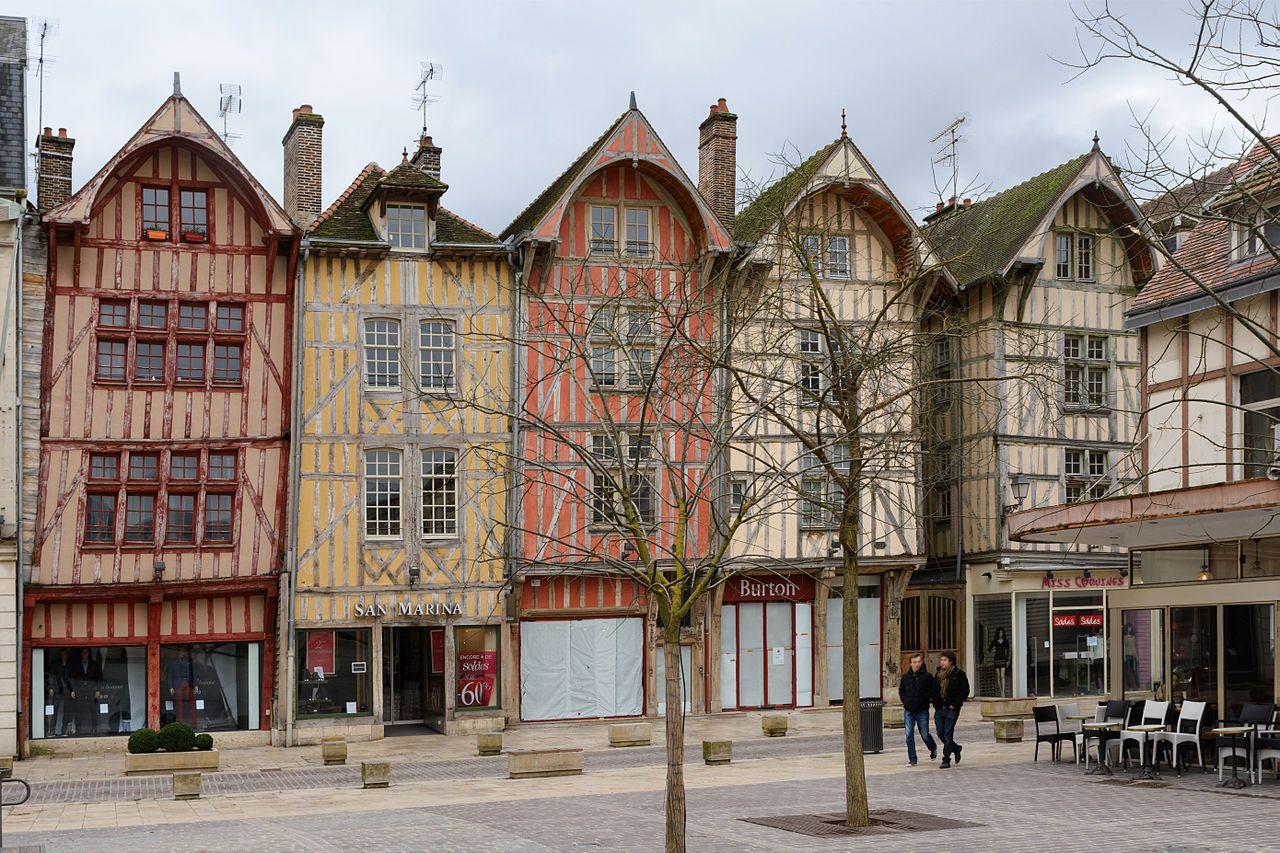 Troyes_rue_Emile_Zola_maisons_pans_de_bois.jpg